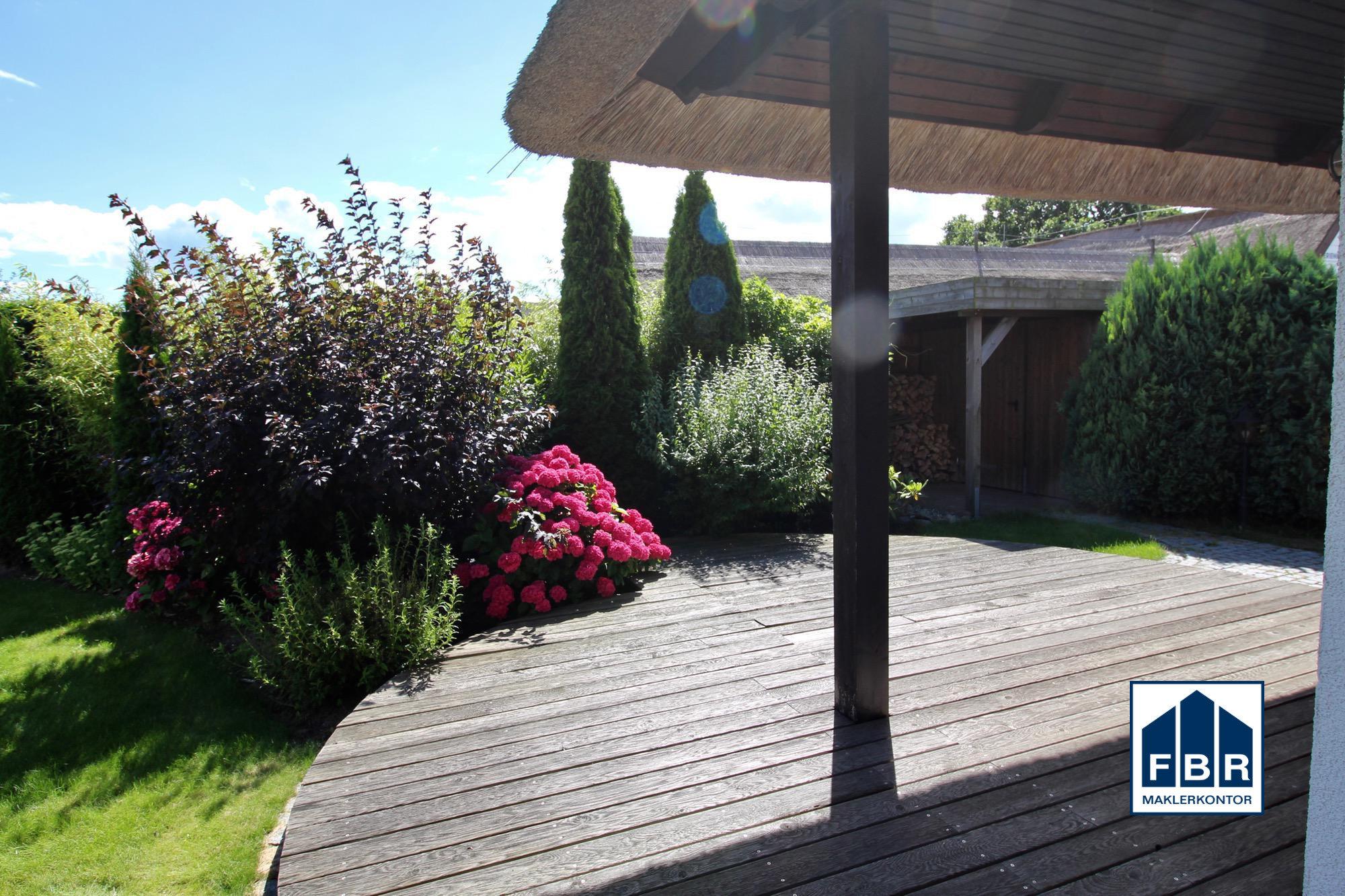 Terrasse und Gerätehäuschen