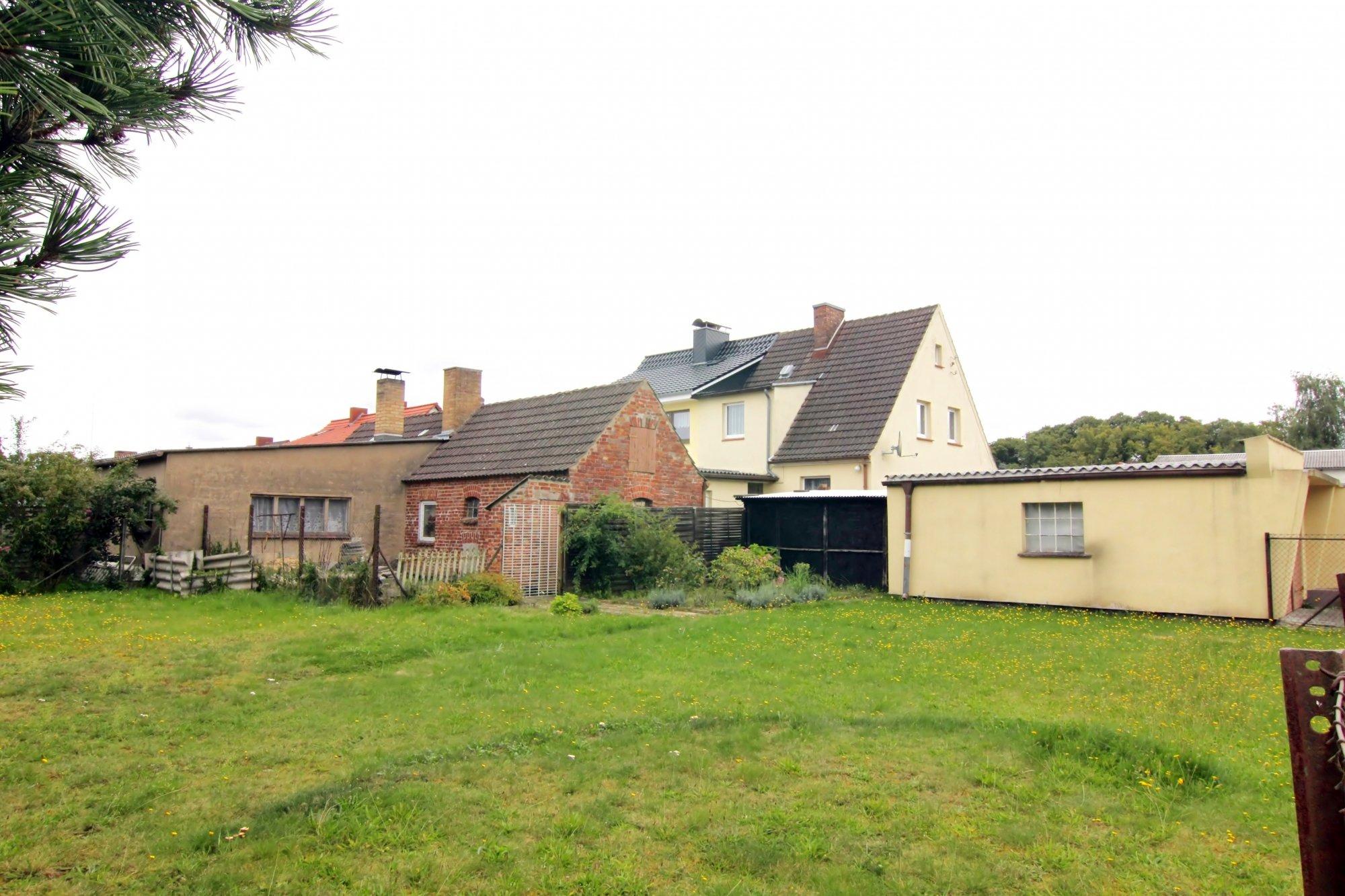 Grundstück mit DHH und Nebengebäuden