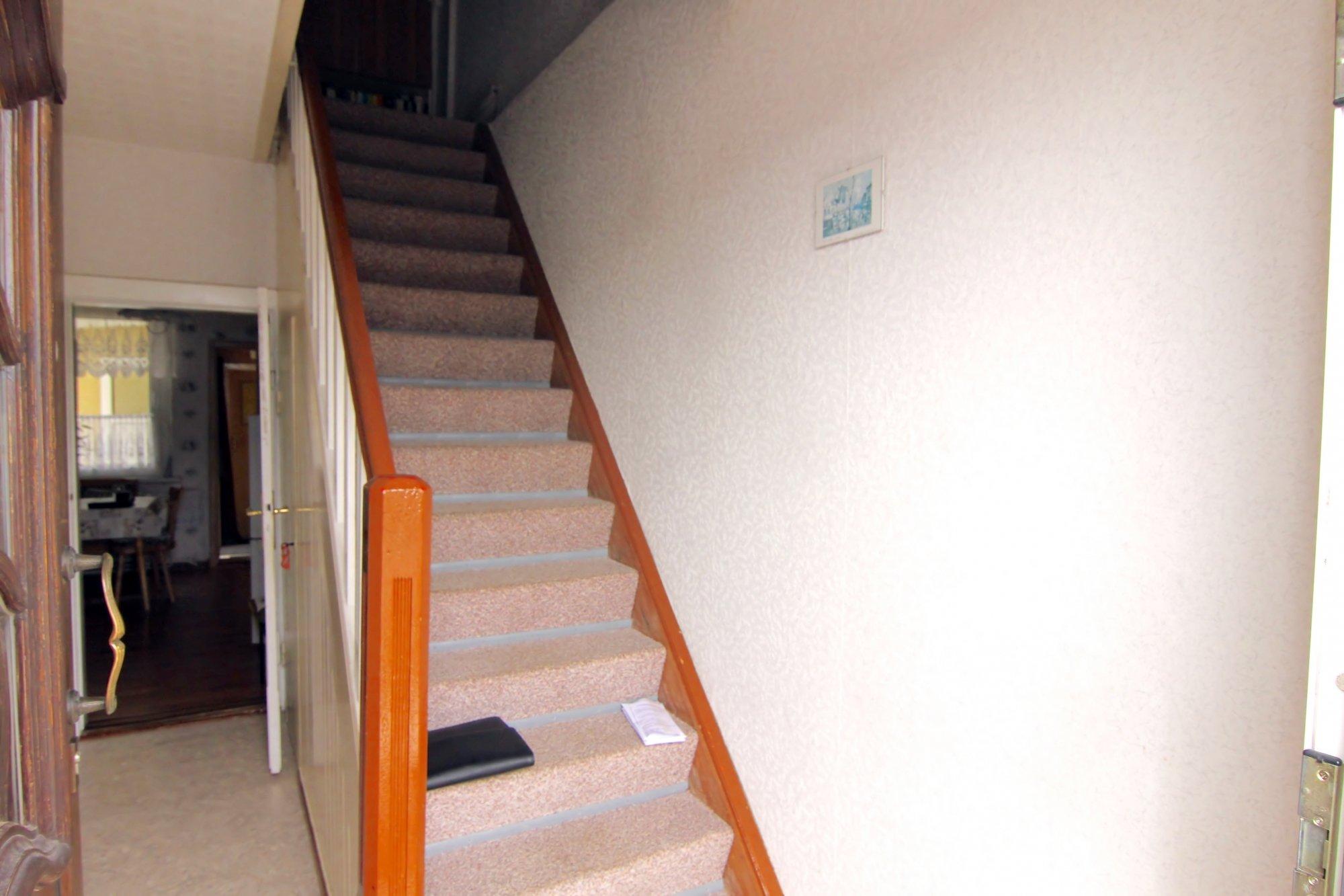 Hauseinagng mit Flur u. Treppe zum DG