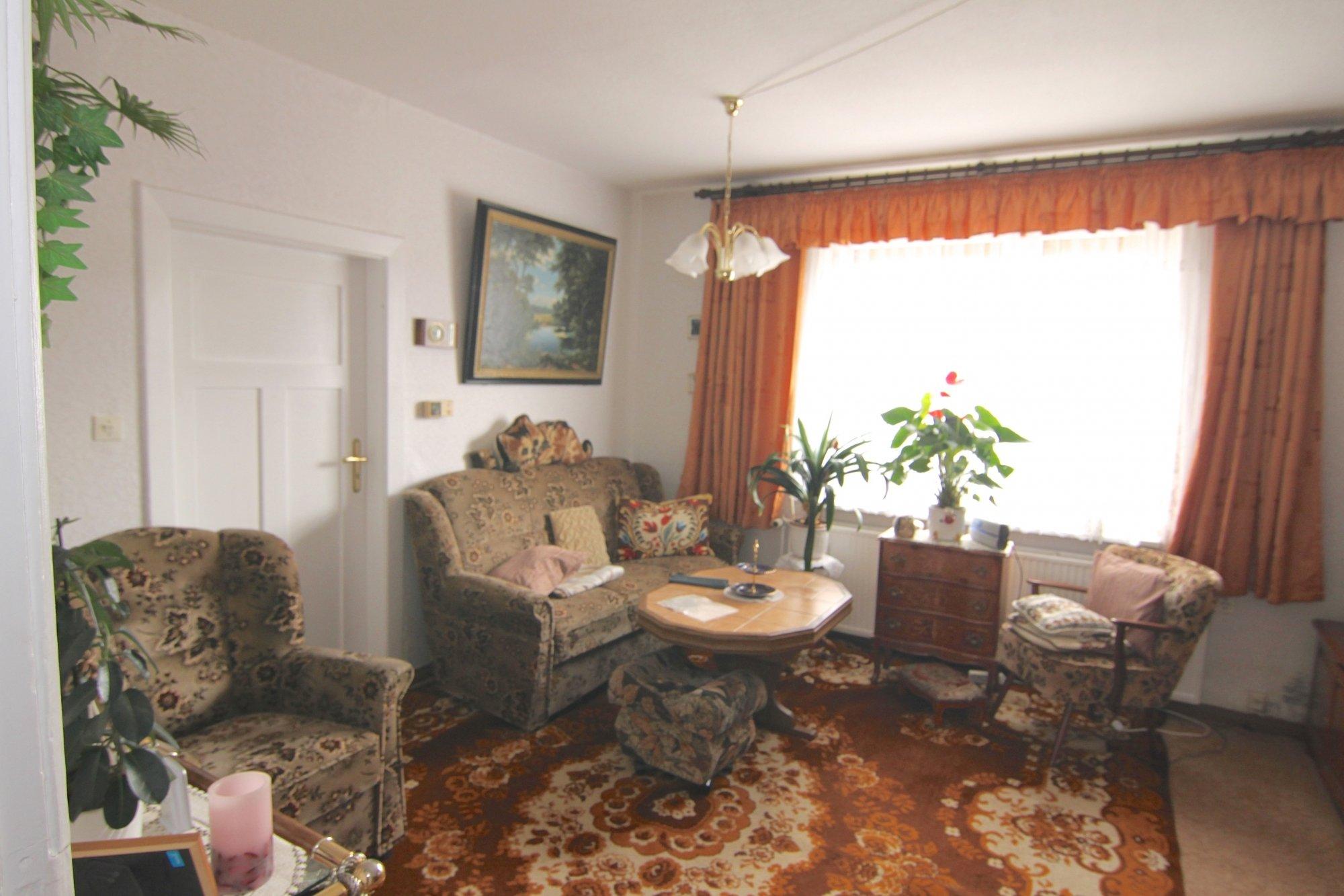 Das Wohnzimmer im EG / Fenster Richtung Straße