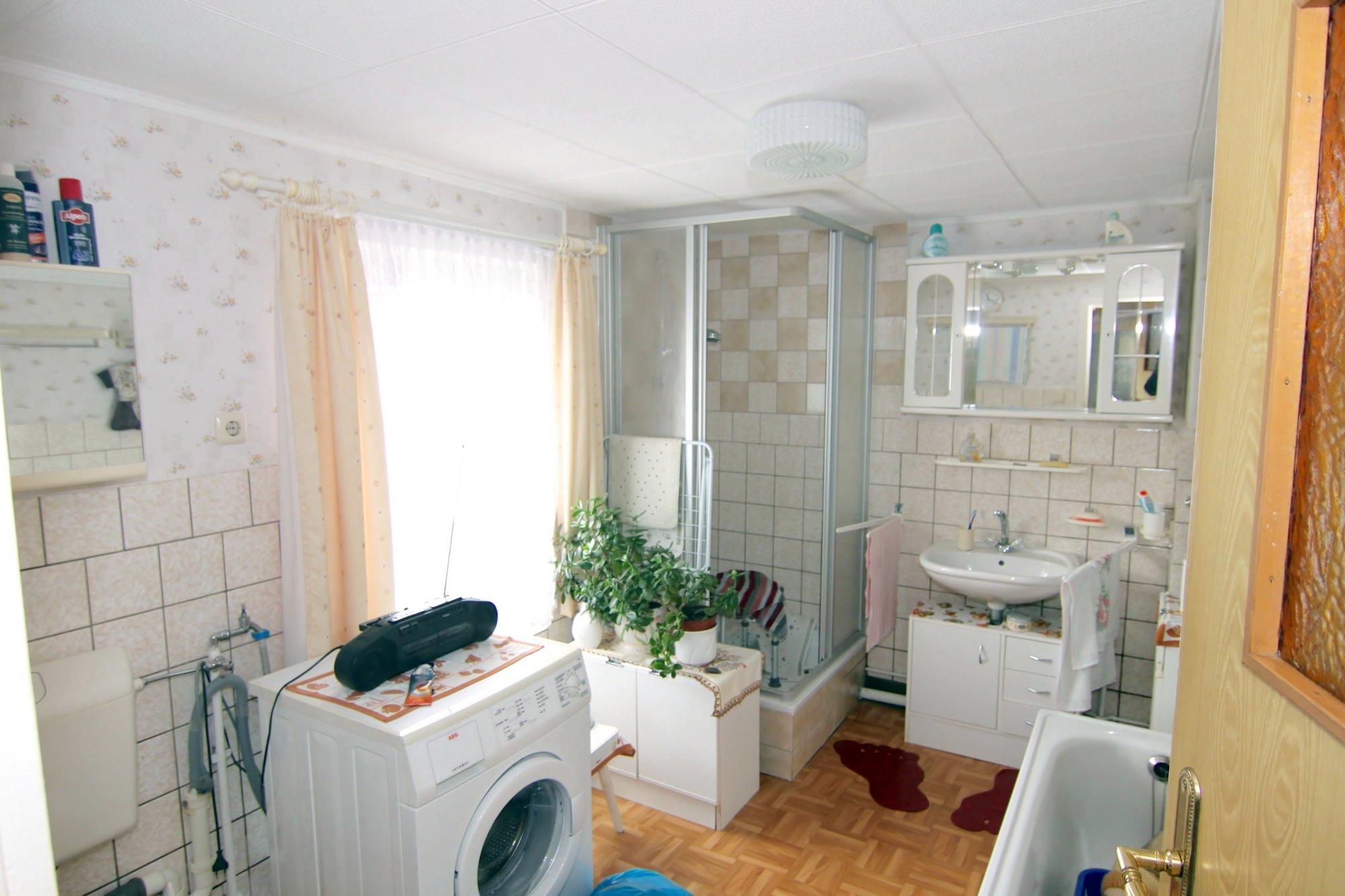 Das Bad mit Dusche  Wanne