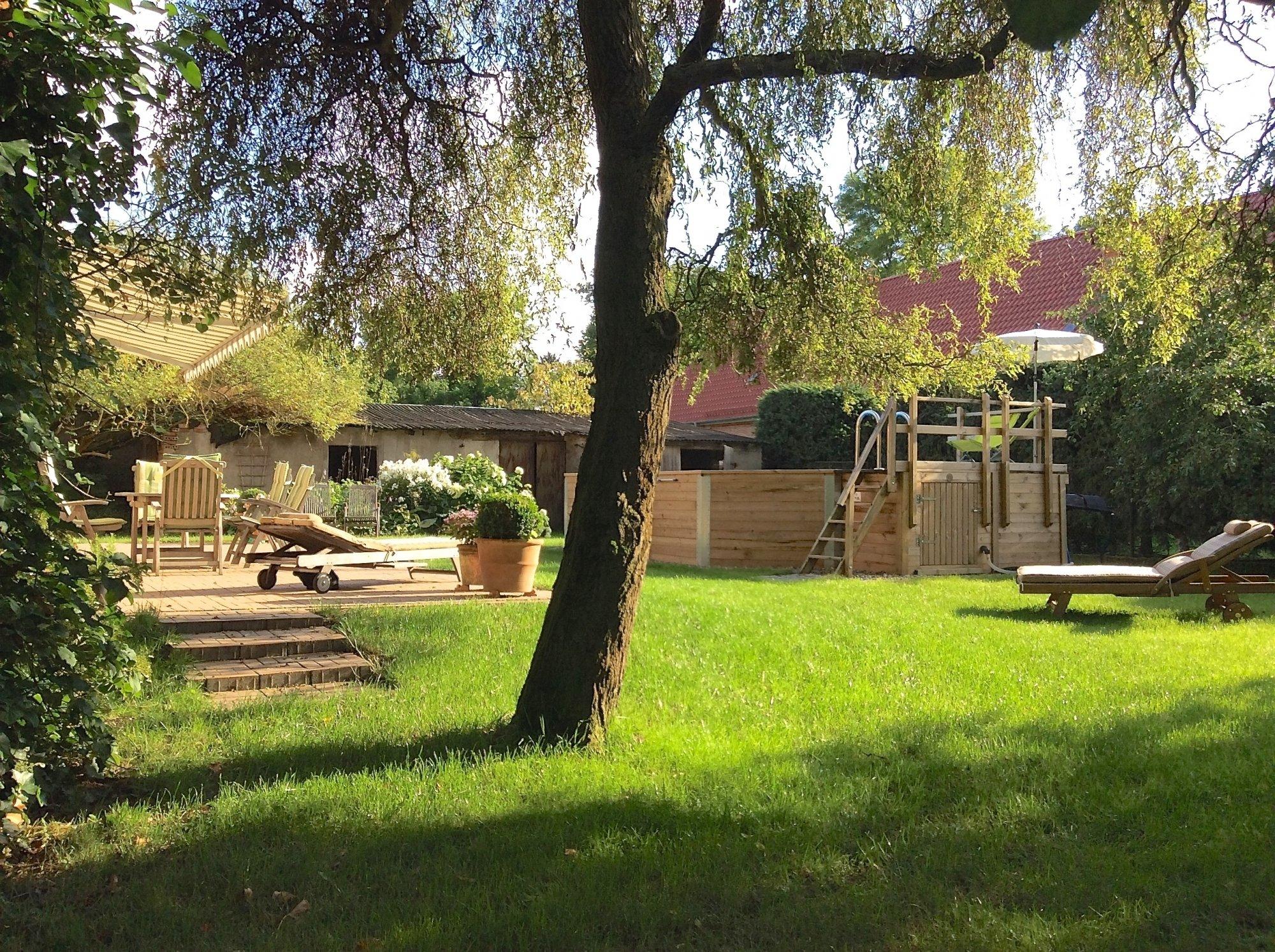 Blick auf den sonnigen Innenhof mit Terrasse u. Pool