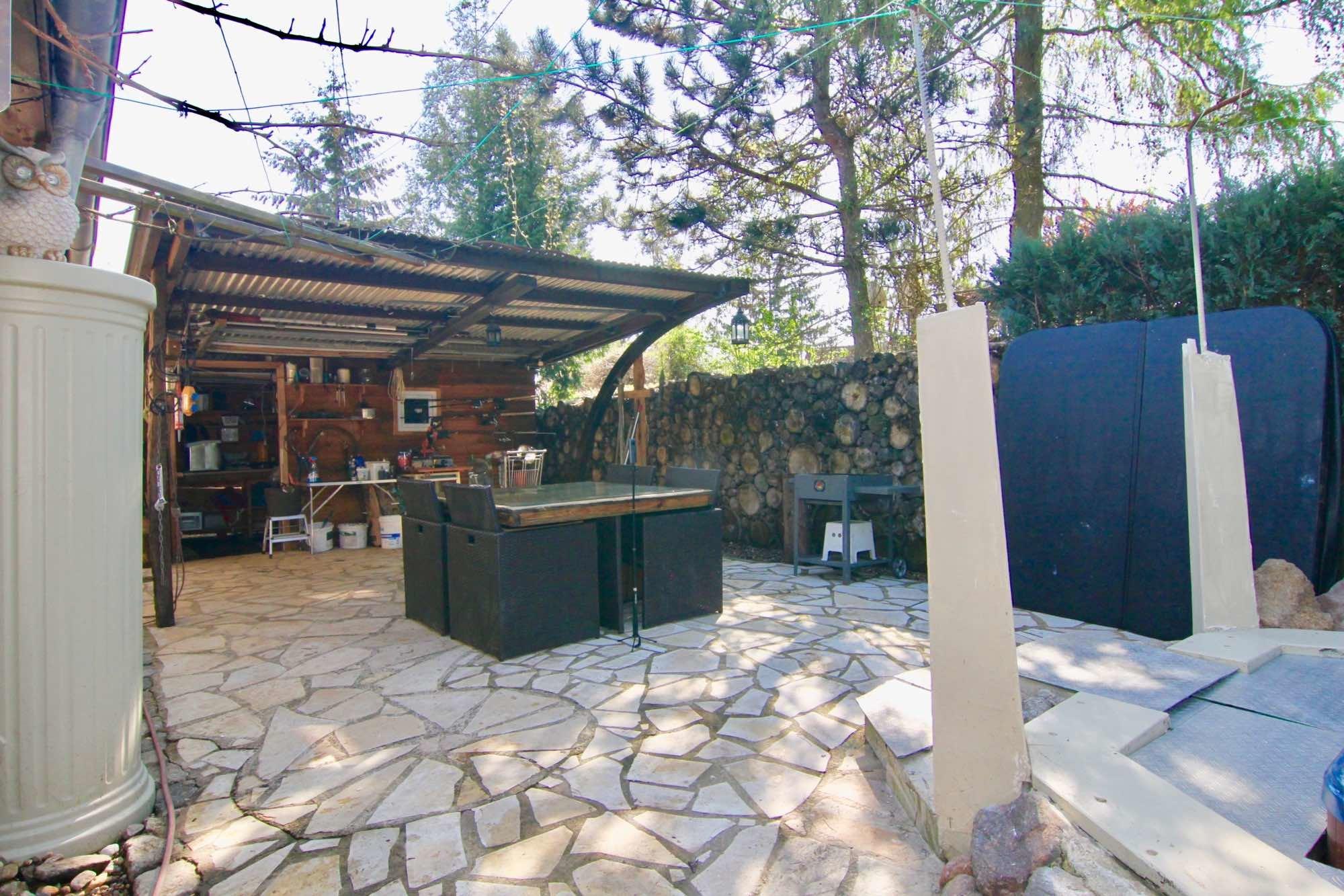 Terrasse mit Teilüberdachung