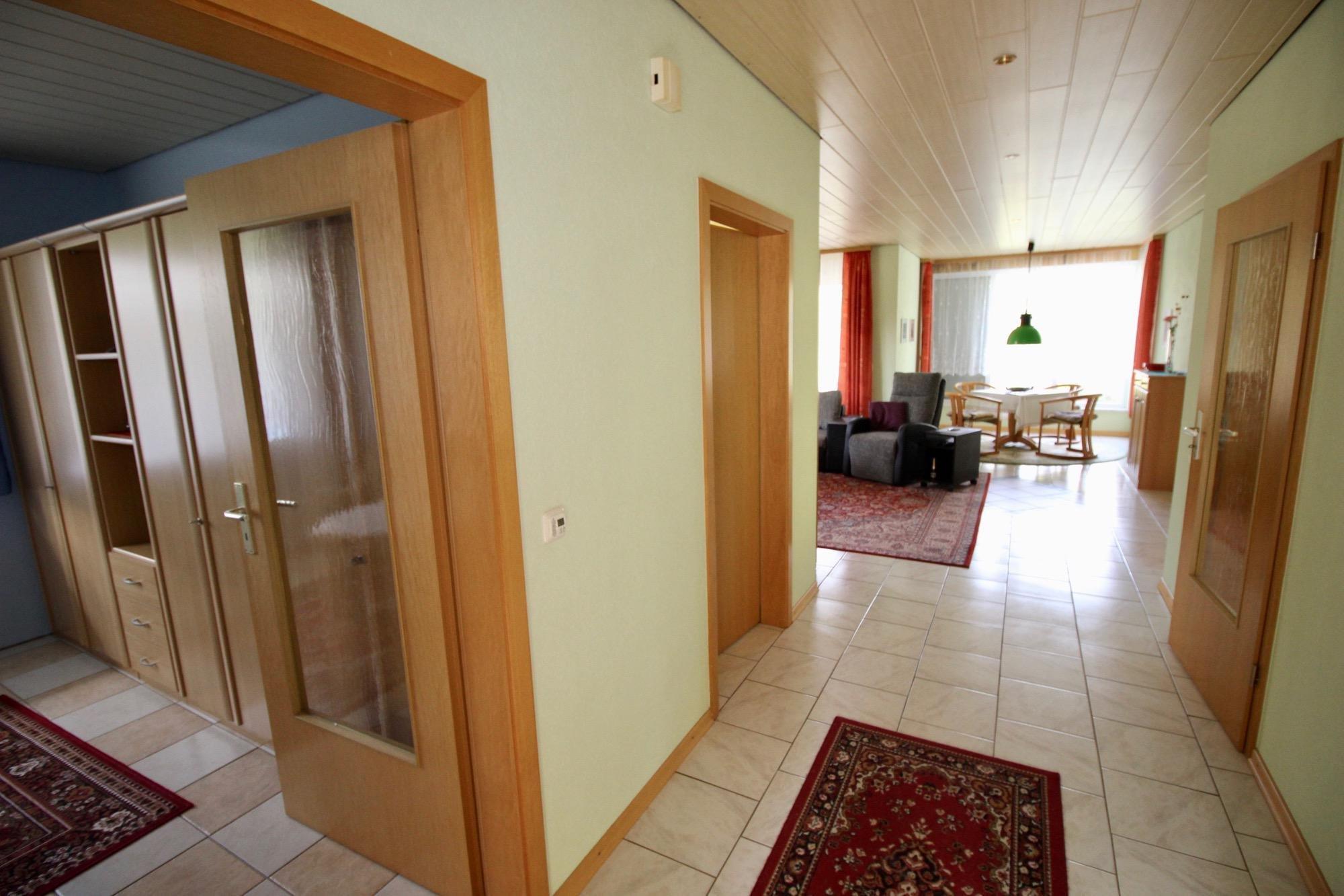 offener Flur zum Wohnbereich im Erdgeschoss
