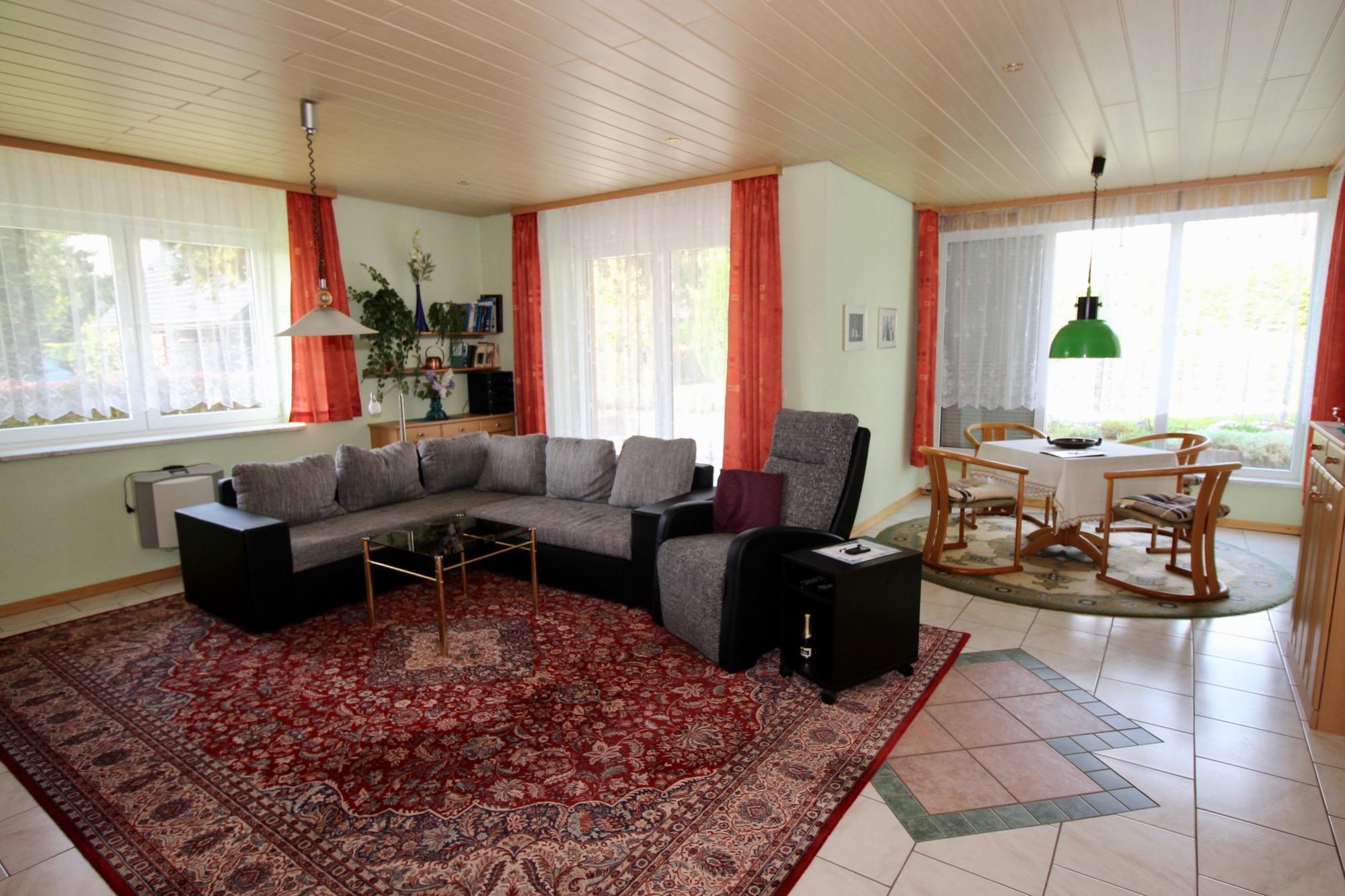 Wohnbereich mit Essecke im Erdgeschoss