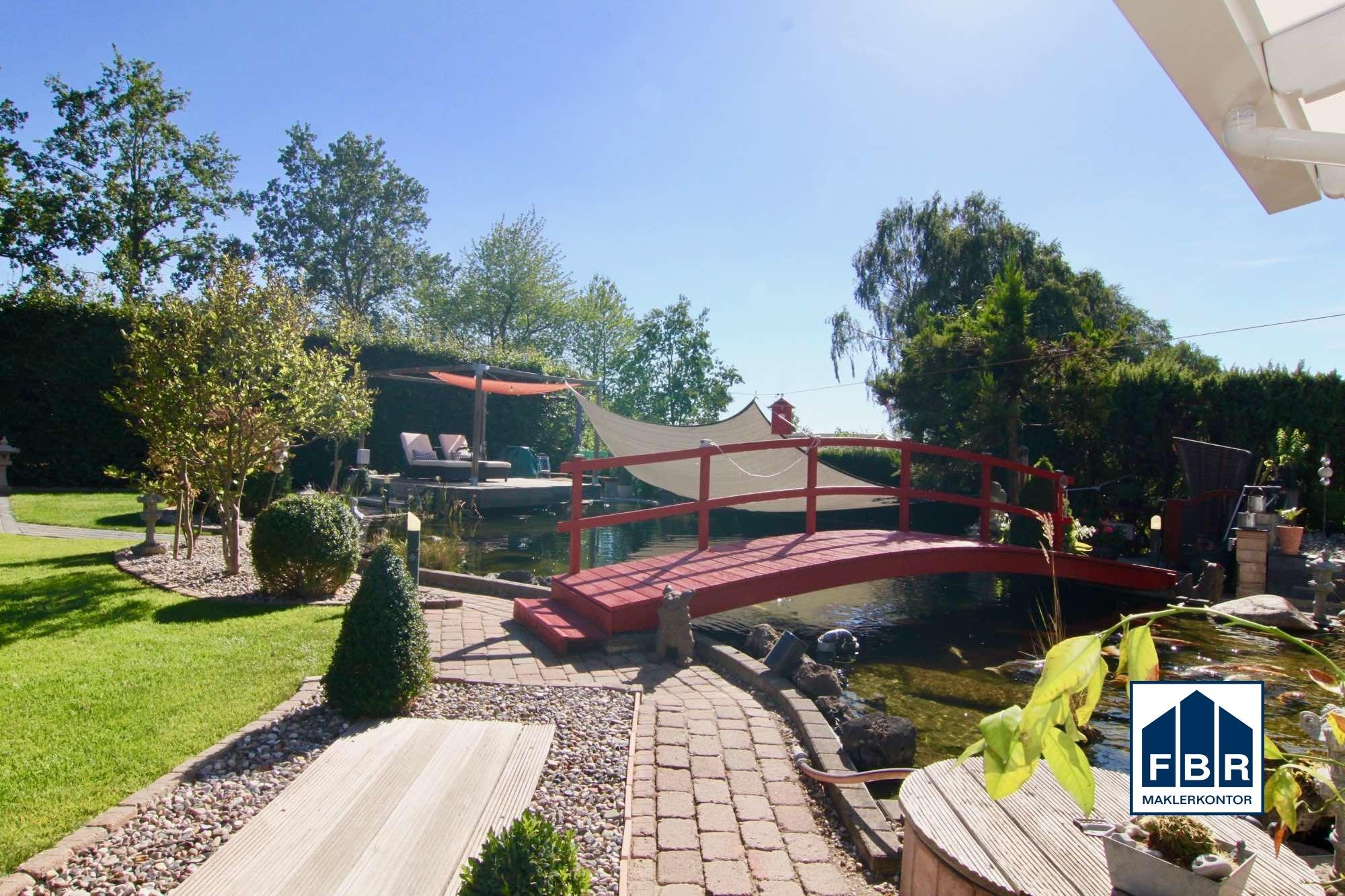 Gartenteich mit Brücke