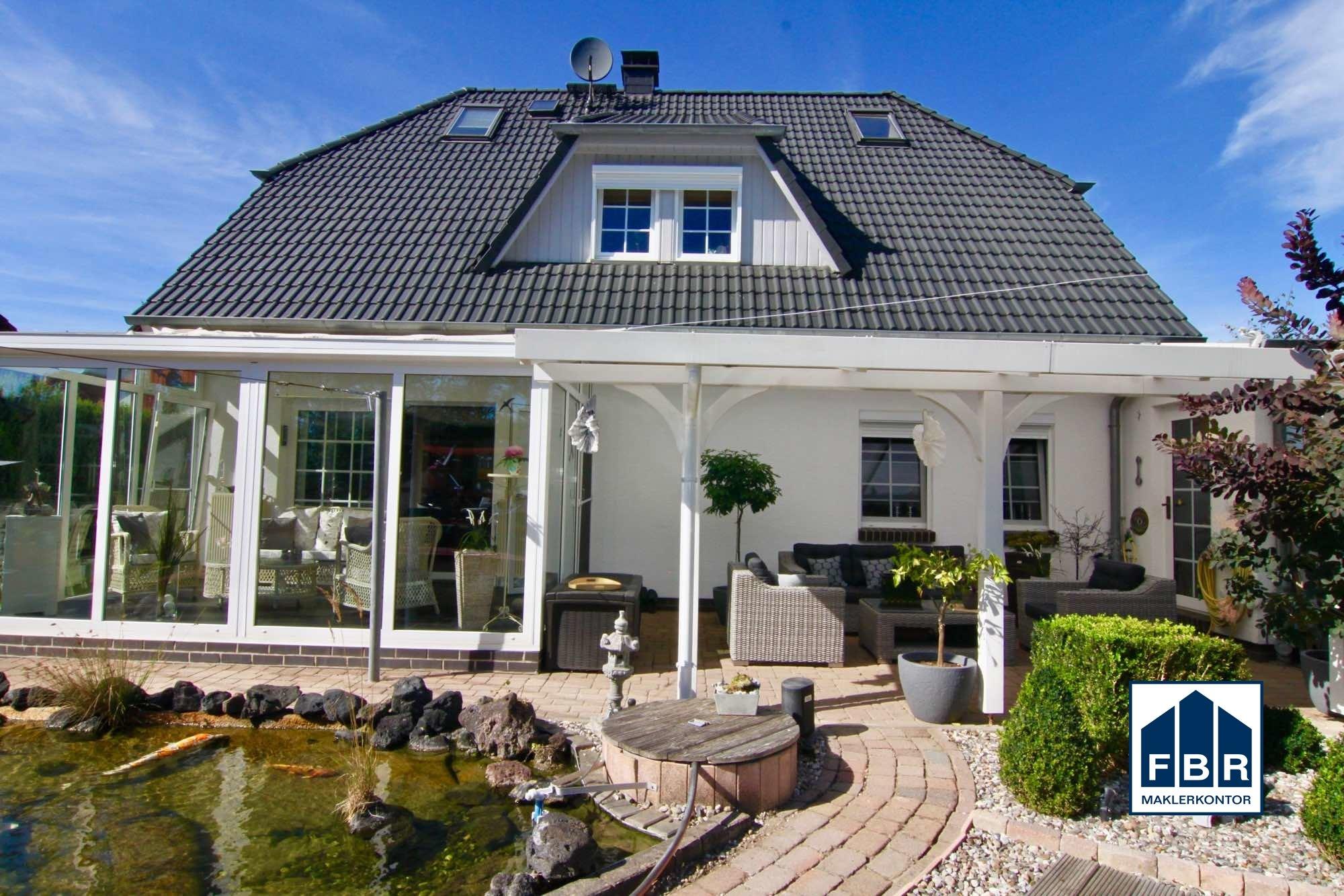 Rückansicht mit Wintergarten und Terrasse