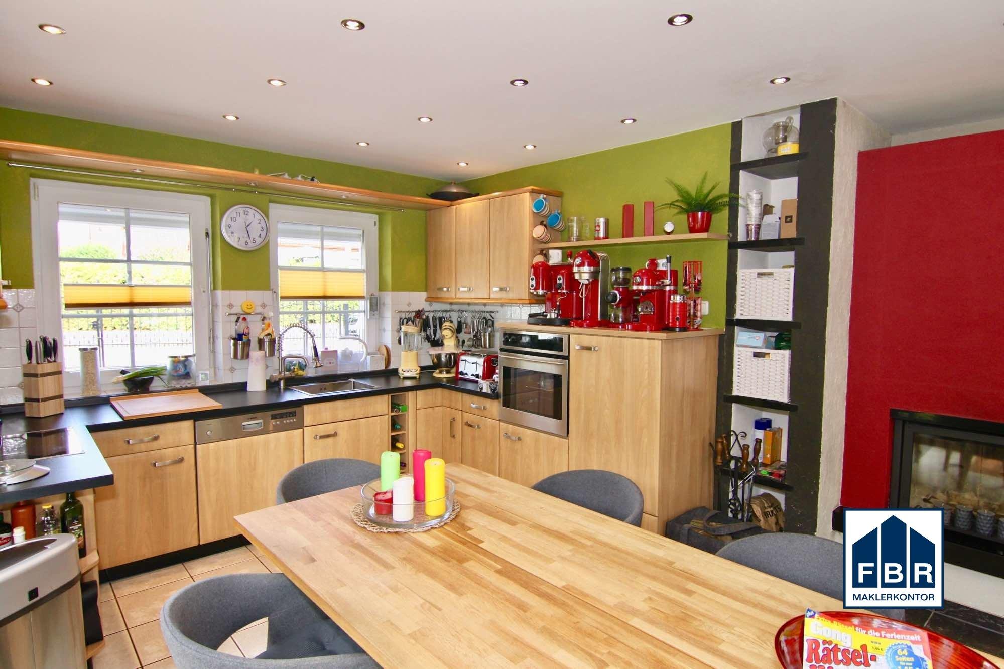 Küche mit EBK u. Kamin