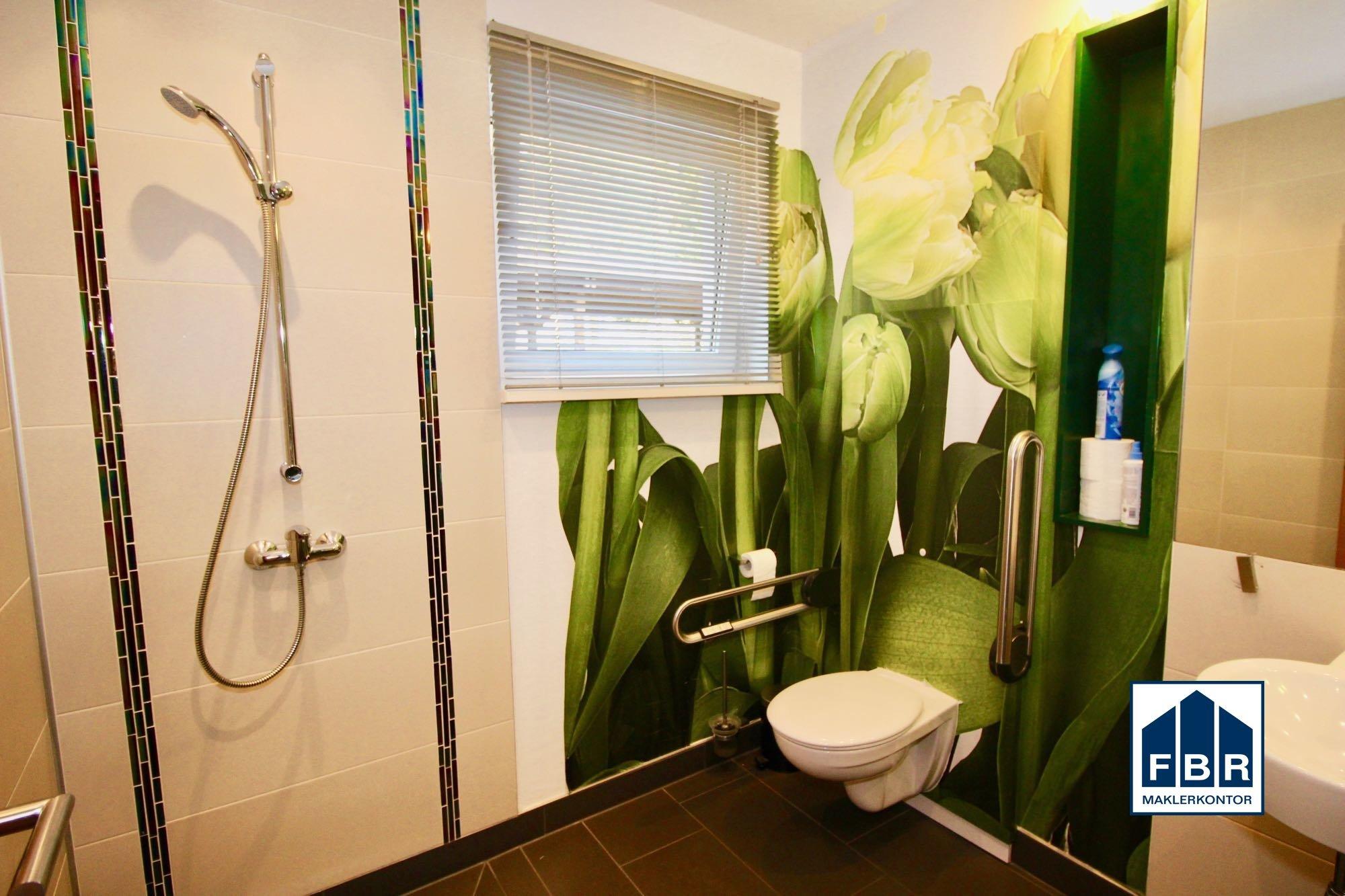 behindertenfreundliches Dusch-WC