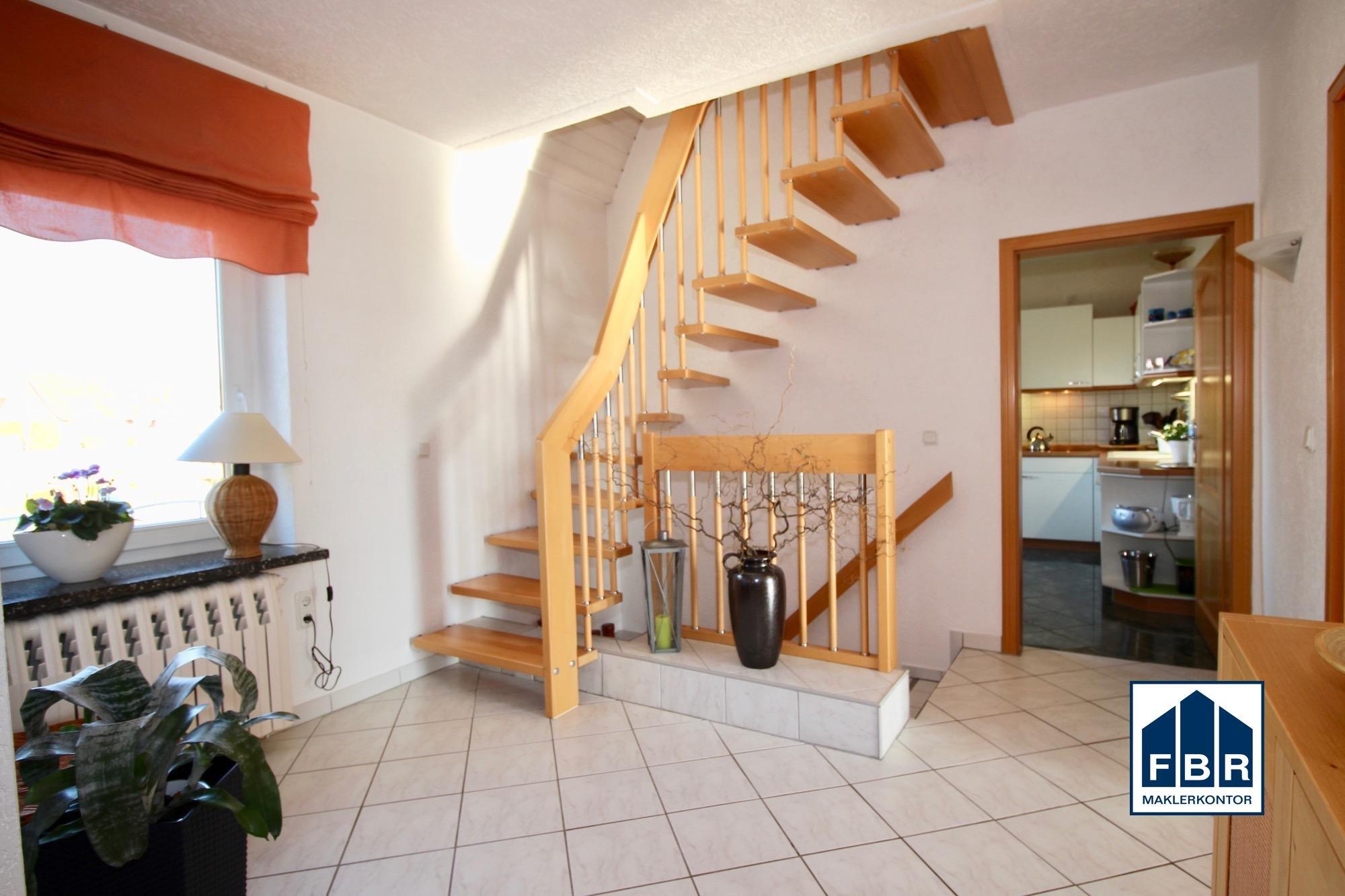 Flur mit Keller- und Dachgeschosstreppe