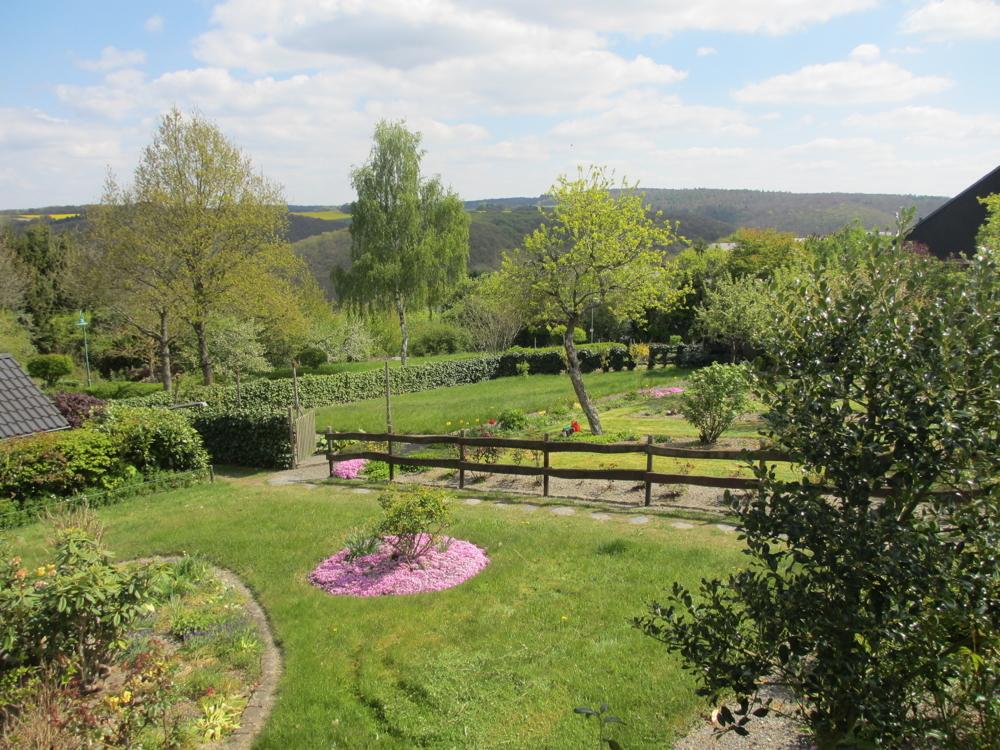 Garten und Blick zum Baugrundstück
