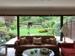 Wohnzimmer mit Aussicht in Garten & Wald