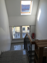 Helles Treppenhaus mit Steinboden