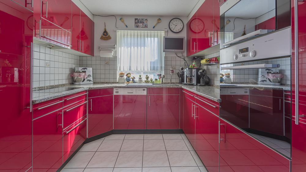 Grosse, halboffene Küche.