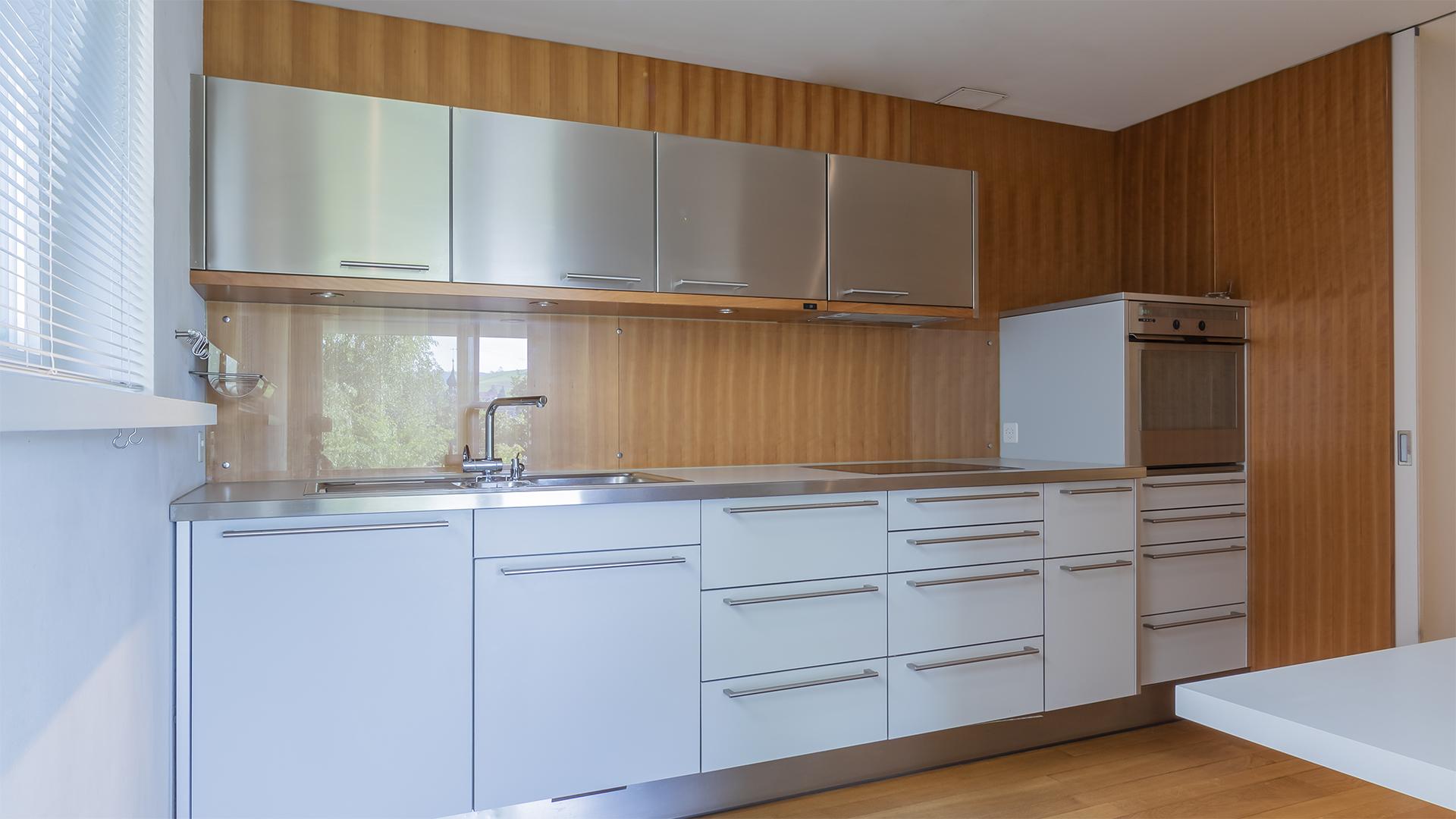 Die offene Küche bietet viel Platz und eine moderne Ausstattung.