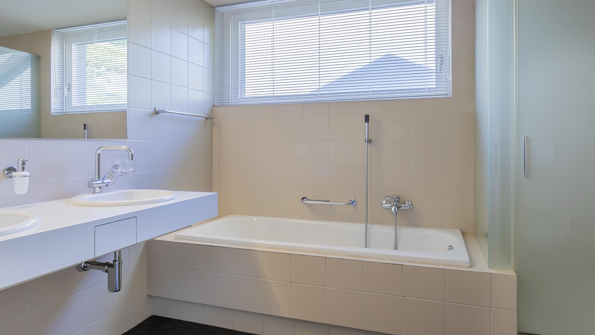 Der grosszügige Nassbereich mit Bad/Dusche/WC.