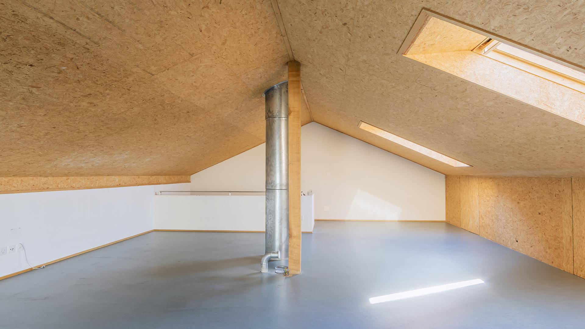 Der ausgebaute Dachstock kann z.B. als Büro ode auch als Hobbyraum genutzt werden.