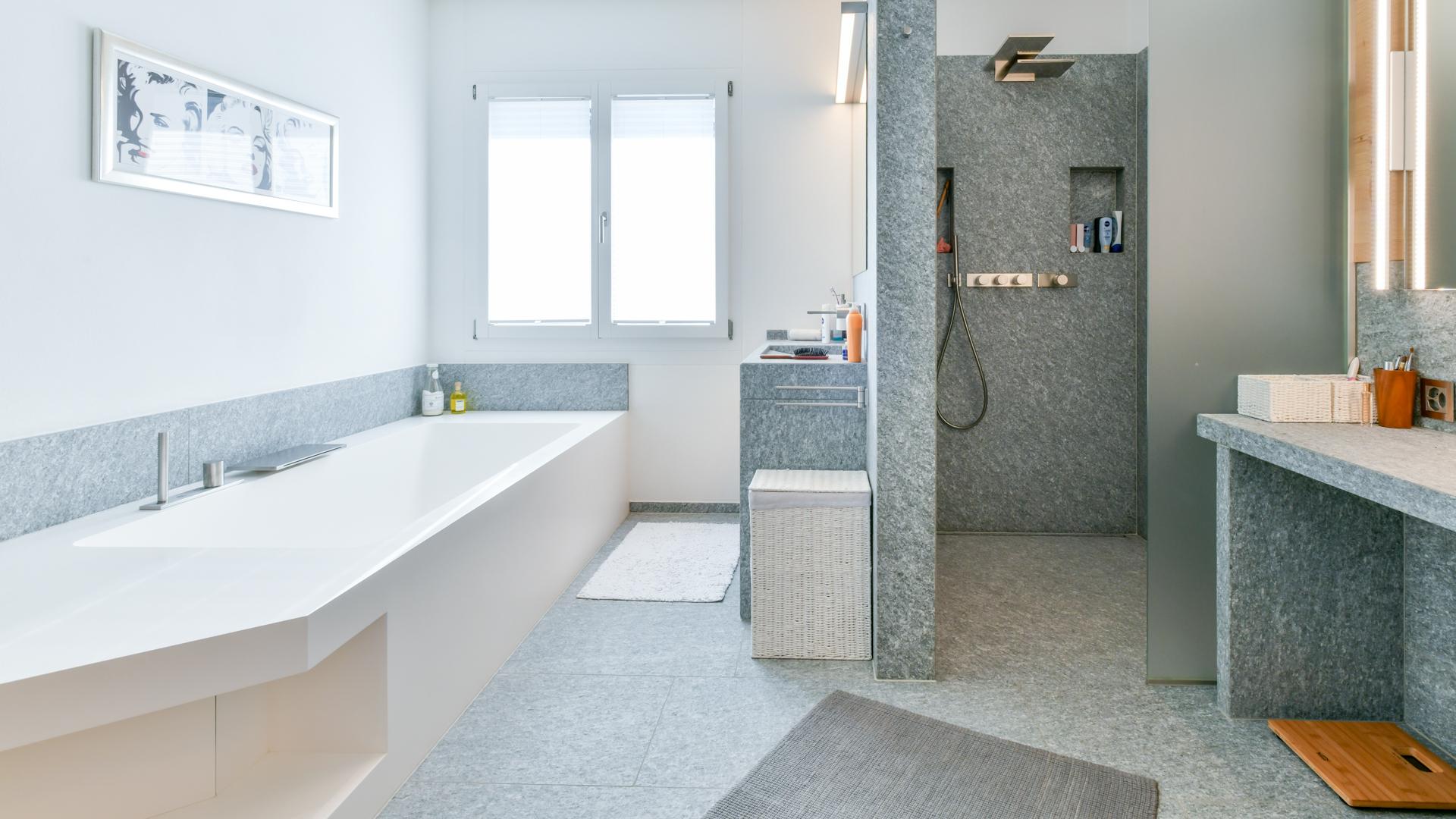 Fürstlich: Bad/WC/Dusche und 2 Lavabos.
