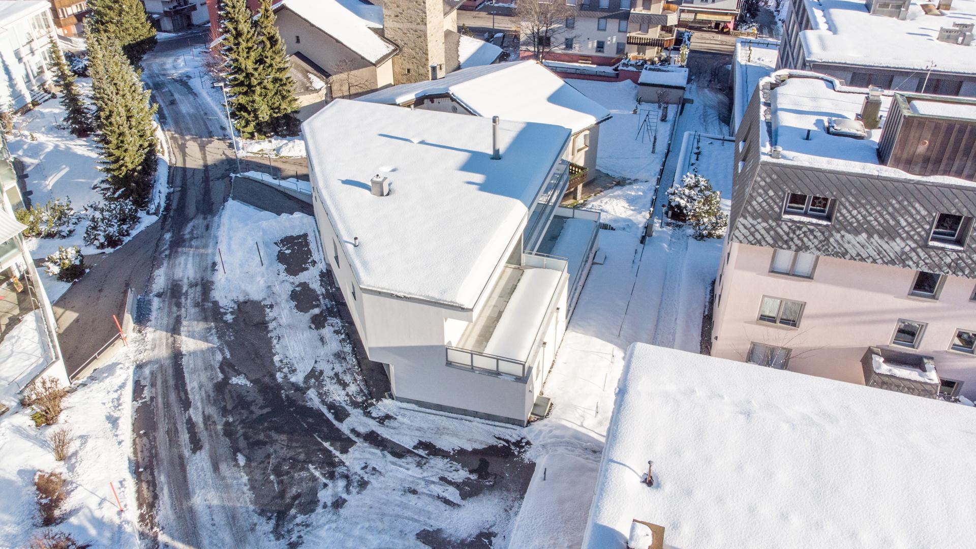 Das Haus befindet sich an ruhiger Lage in Davos-Dorf.