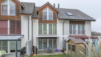 In Safenwil verkaufen wir ein erschwingliches, gepflegtes Reiheneinfamilienhaus.