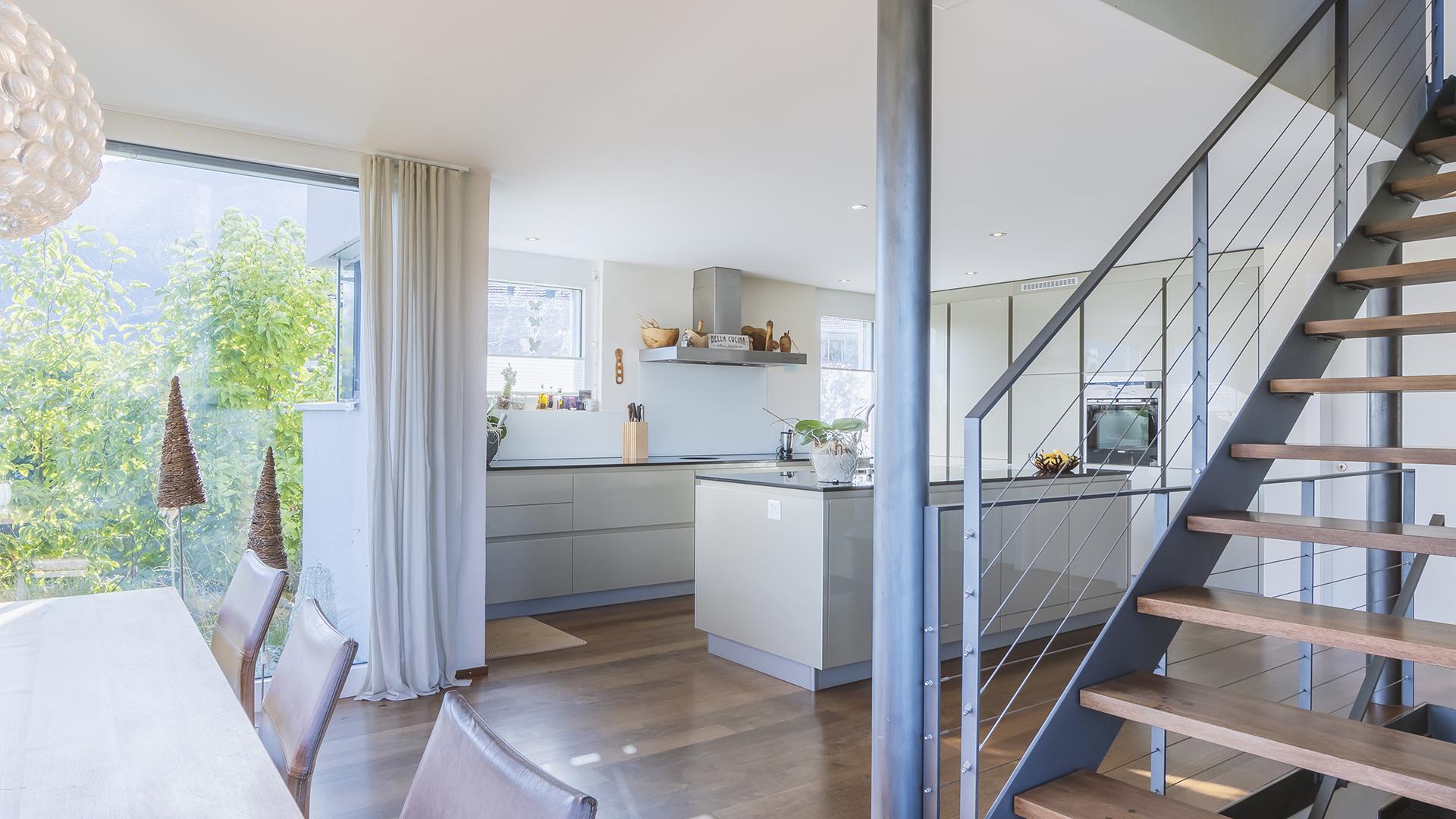 Herzlich Willkommen im offenen Wohn- und Essbereich. Kücheninsel, viel Stauraum...