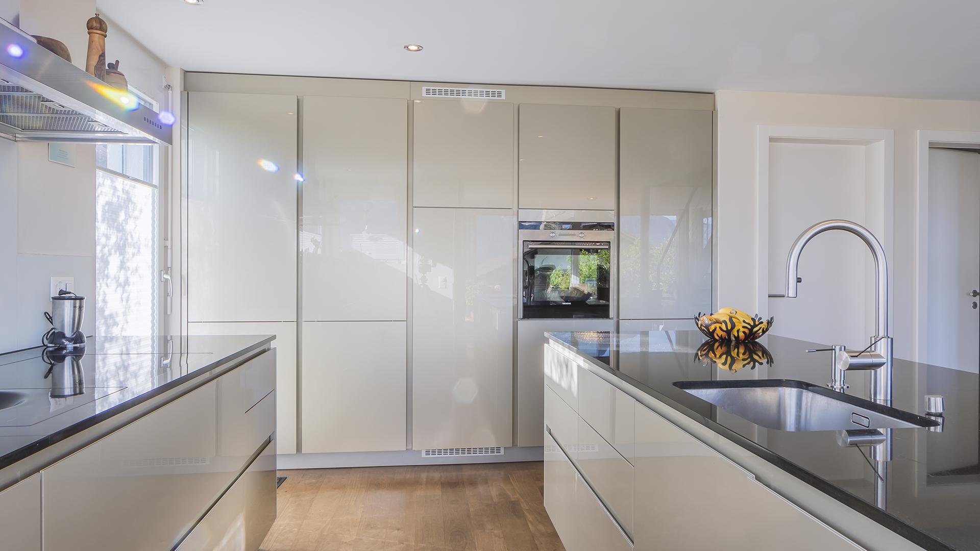...und eine moderne Ausstattung prägen die Küche.