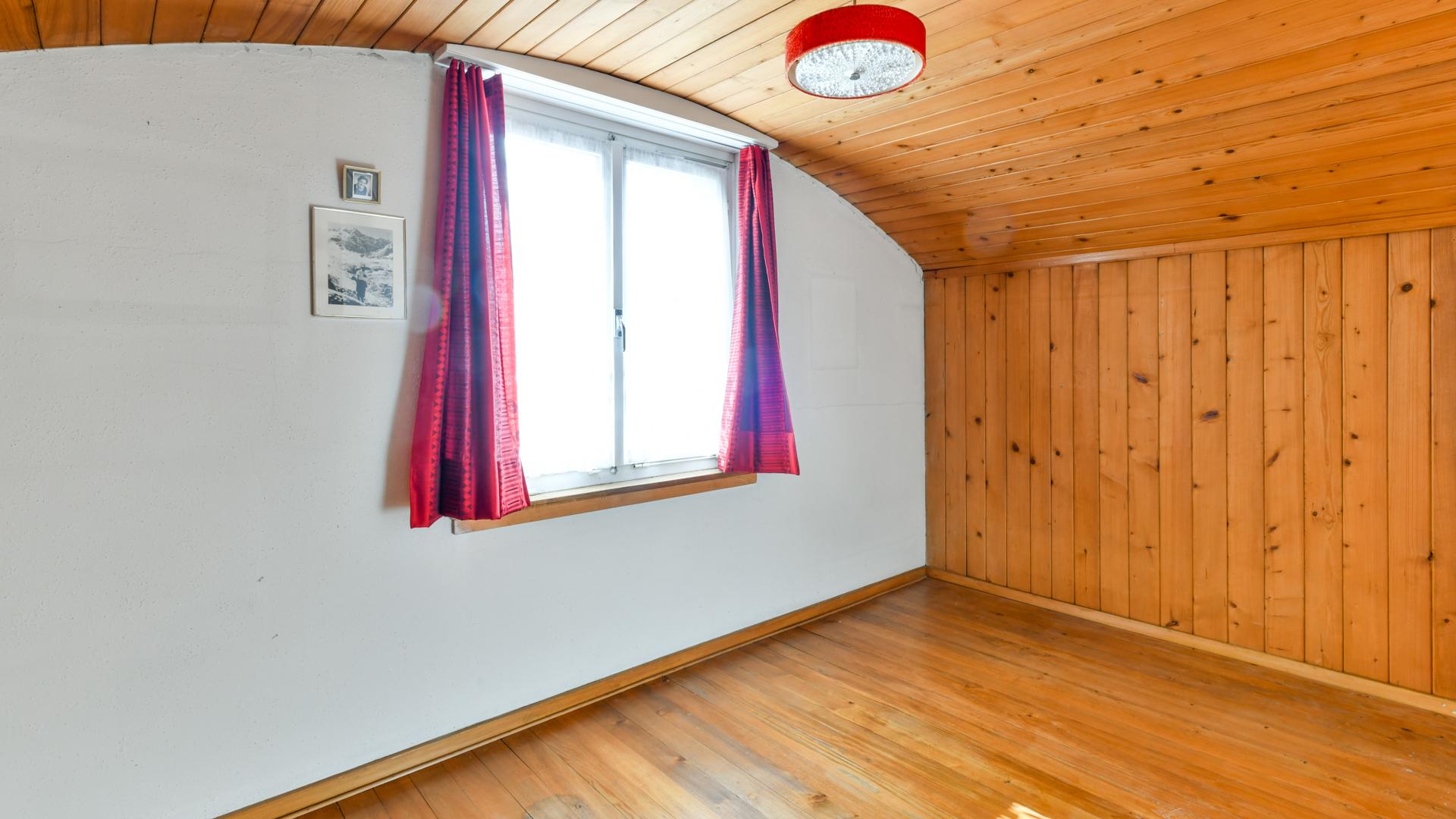 Nebst dem Estrich befindet sich im Dachgeschoss ein weiteres Schlafzimmer