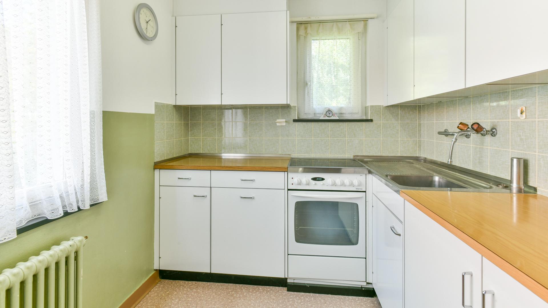 Die Küche verfügt über viel Stauraum