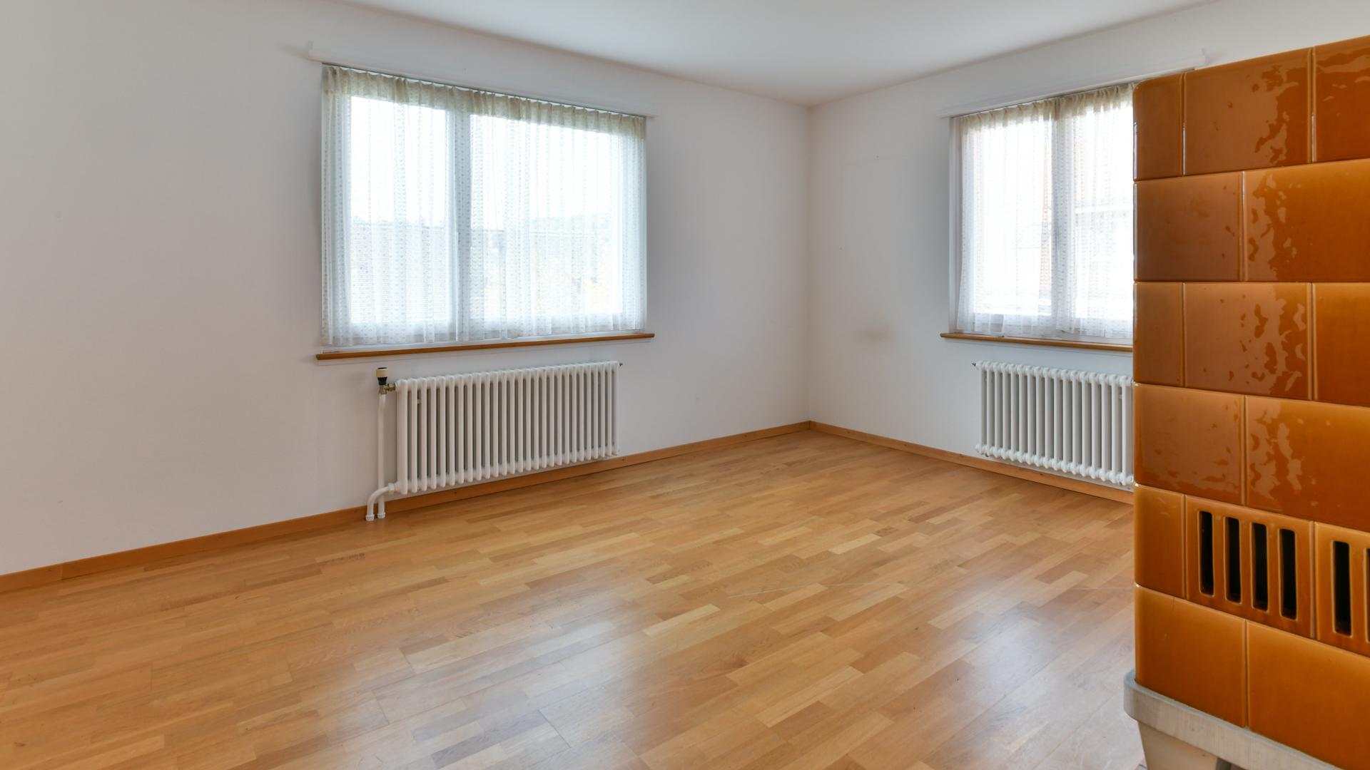 Gemütliches Wohnzimmer mit traditionellem Trittofen