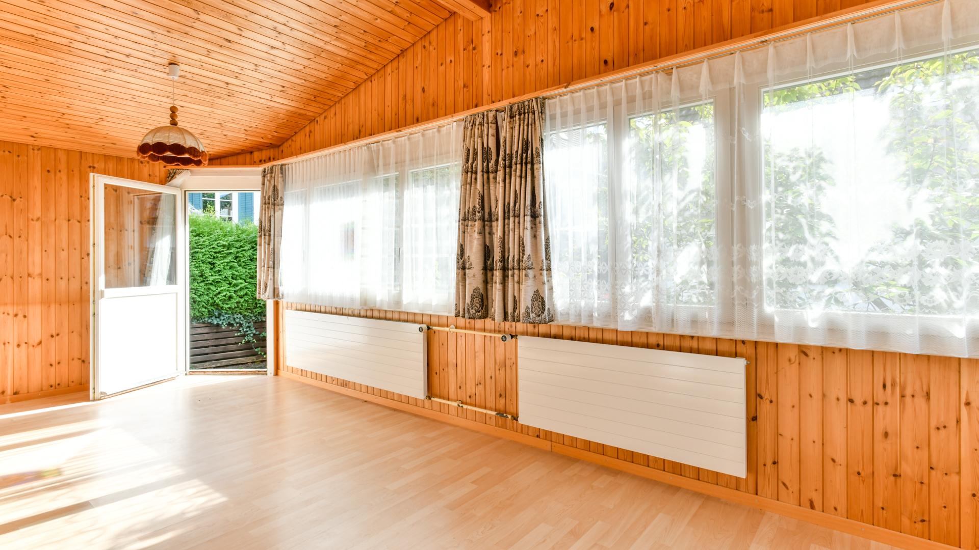 Freundlicher und warmer Innenausbau mit viel Holz