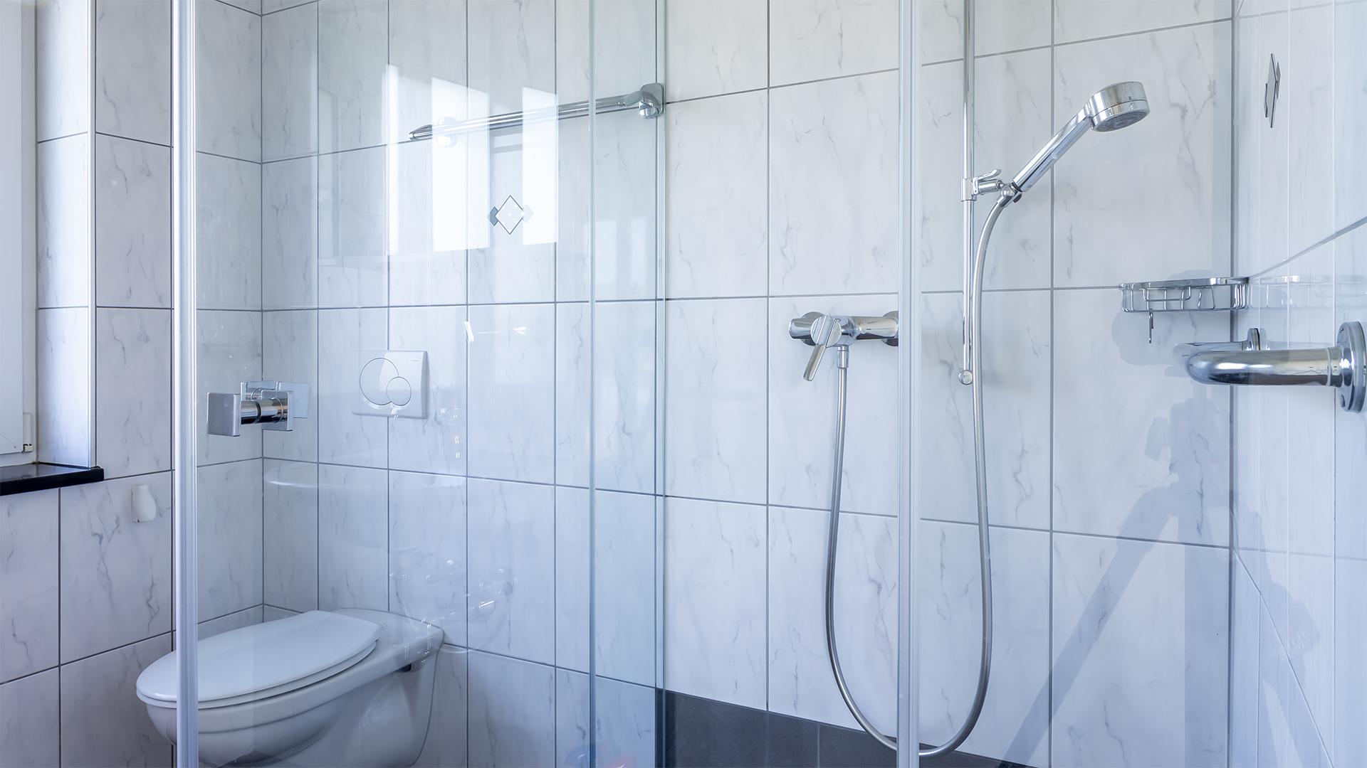 Dusche und WC.