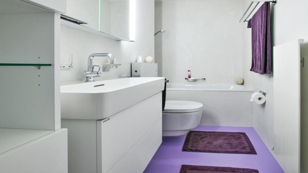 Bad/WC mit fugenlosem Bodenbelag.