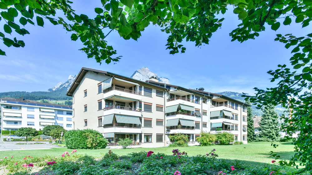 Im steuergünstigen Schwyz verkaufen wir an zentraler Lage eine 4.5 Zimmer Dachwohnung.