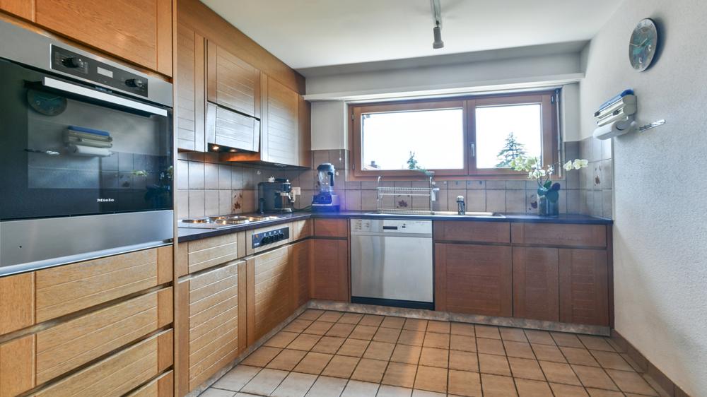 Die gut ausgestattete Küche bietet viel Stauraum.