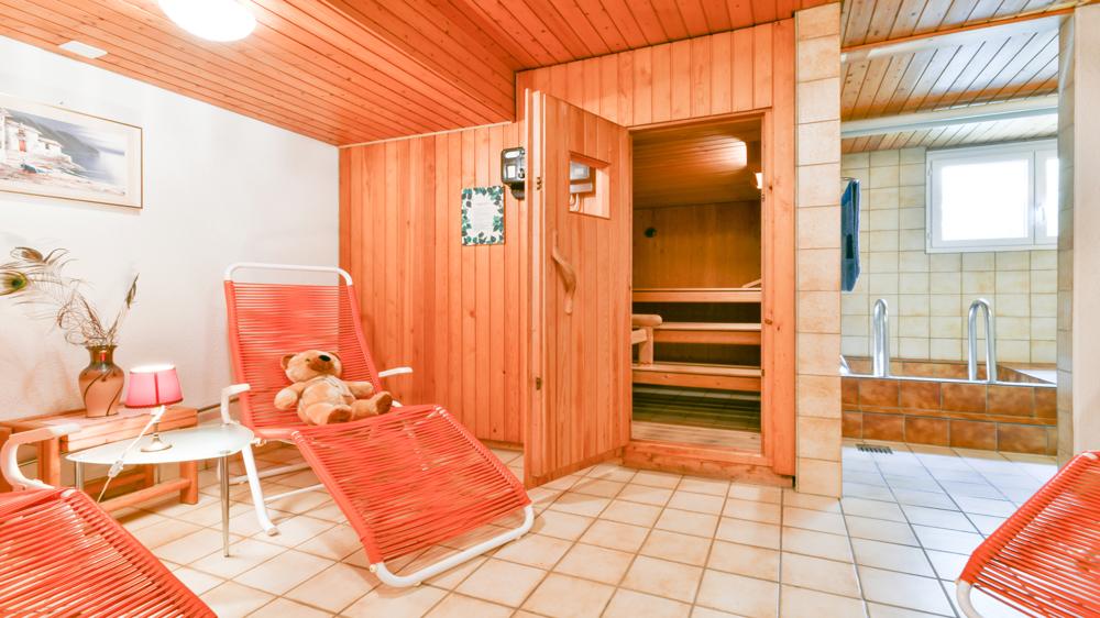 Wellnessen in der gemeinschaftlichen Sauna mit Kaltwasserbecken.