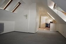 Wohnzimmer mit Küchenblick