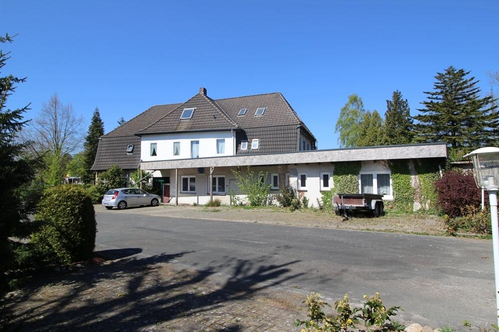 Hausblick Rückseite und Parkplatz