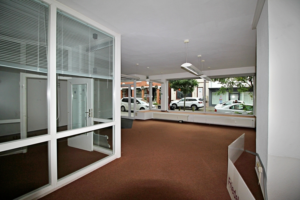Blick zum Fenster mit Glas-Kabine links