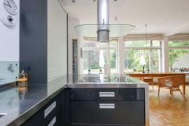 Offene Küche mit Blick in den Wohnbereich