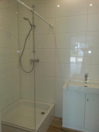 Dusche mit transparenter Trennwand