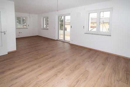 Wohnzimmer mit offenem Küchenbereich
