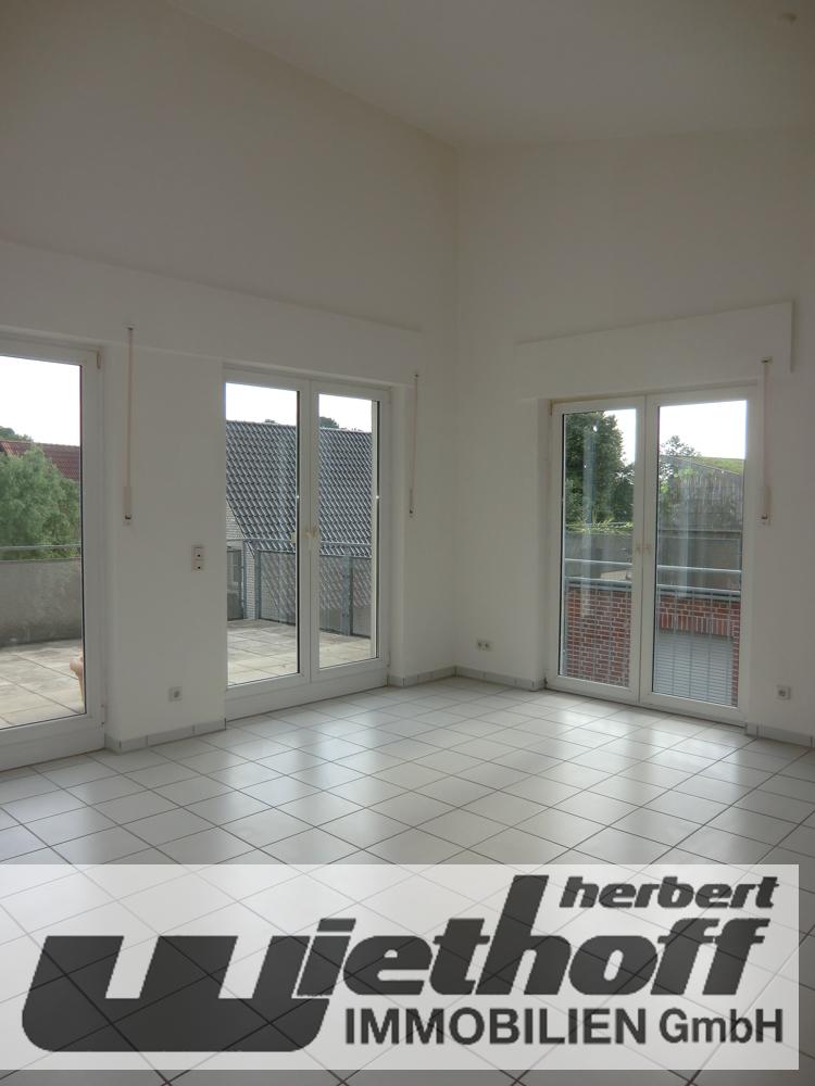 Das helle Wohn-/ Esszimmer mit Ausgang zum Balkon