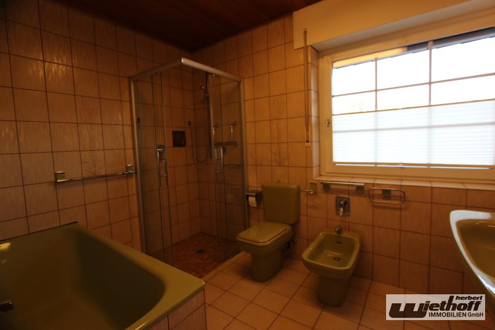 Tageslichtbad mit Wanne und Dusche