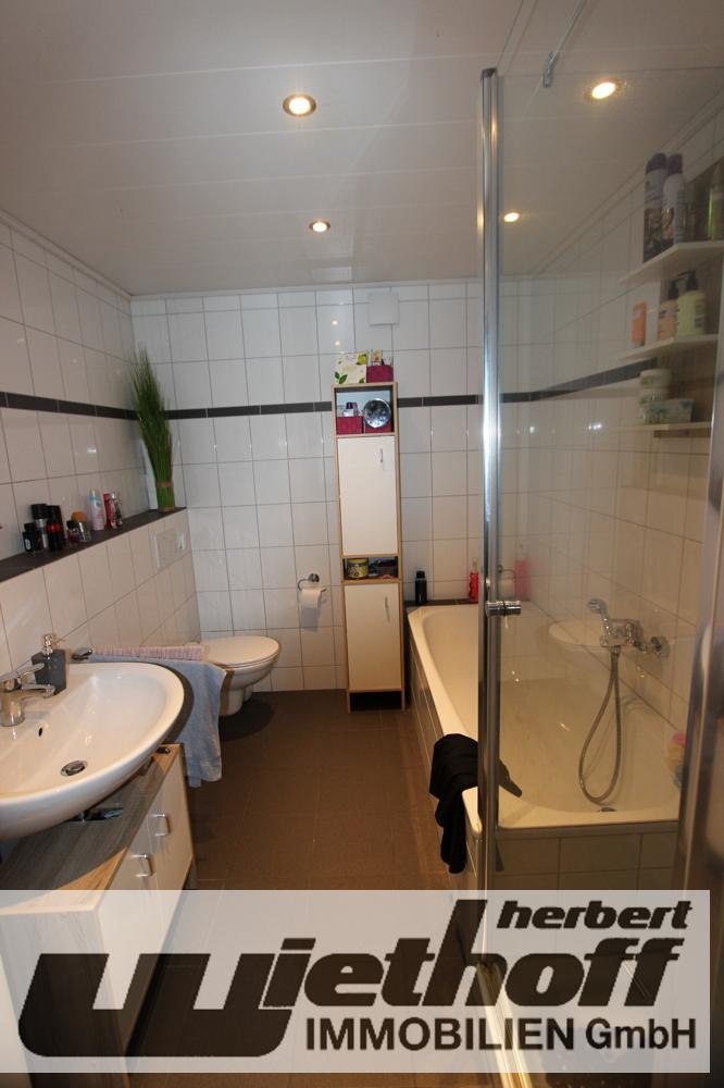 Das Badezimmer mit Wannen- und Duschbad