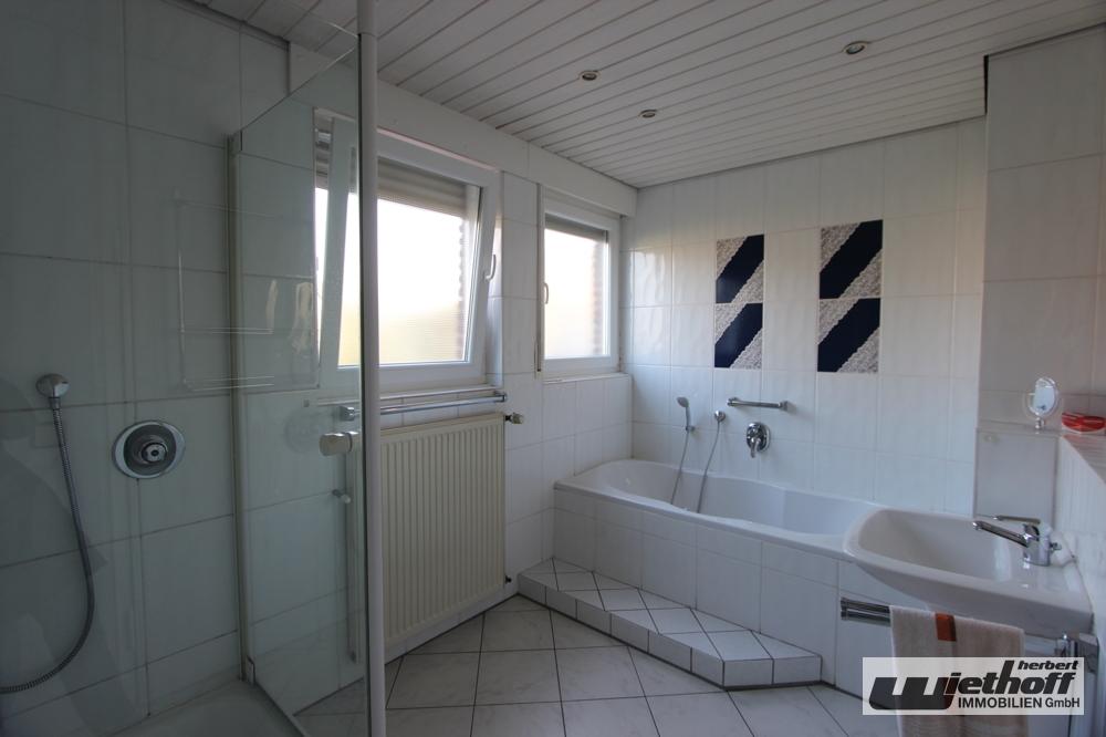 Tageslichtbad im EG mit Wanne und Dusche