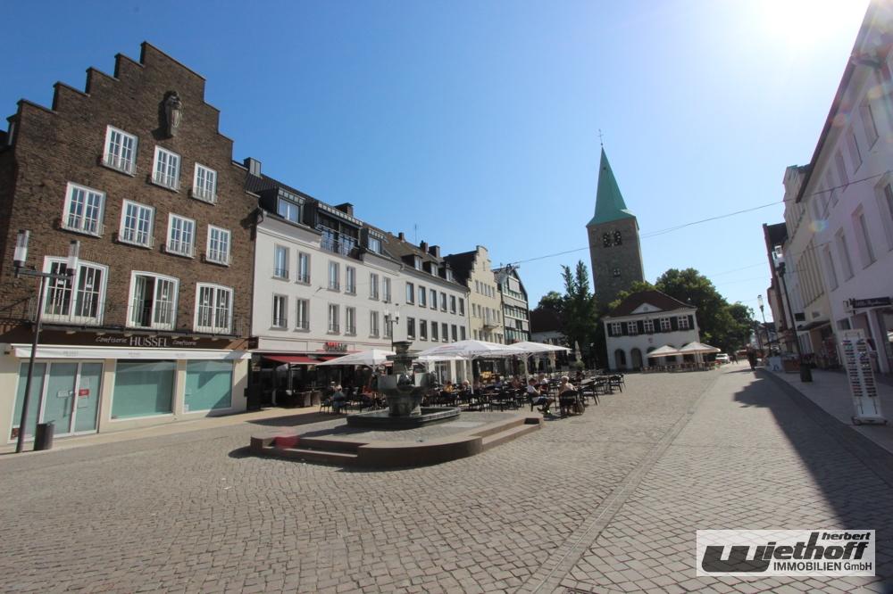 Der einladende, neu gestaltete Marktplatz mit Cafés etc.