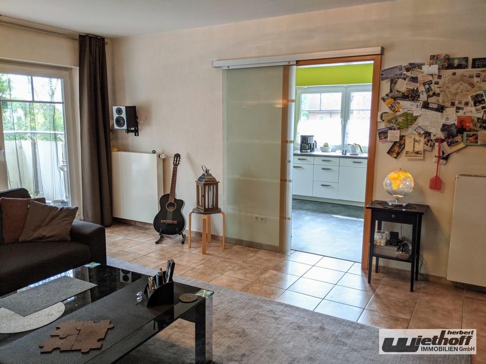 Wohnzimmer mit Schiebetür zur Küche