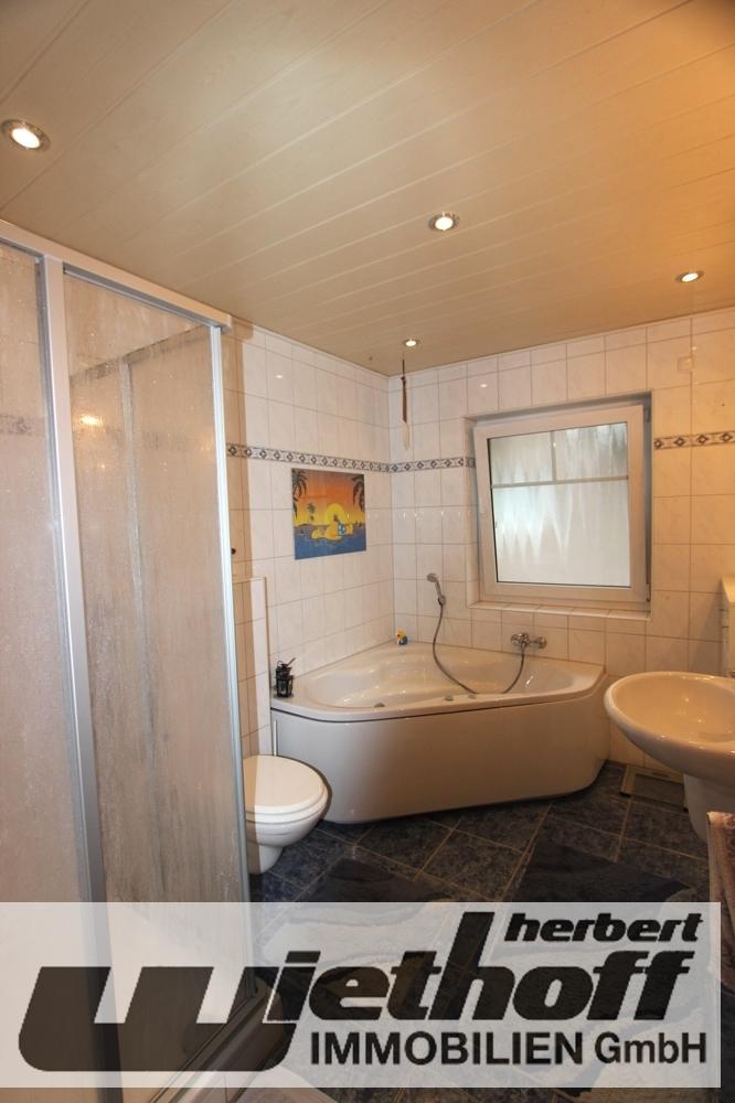Tageslichtbad mit Eckbadewanne und Dusche