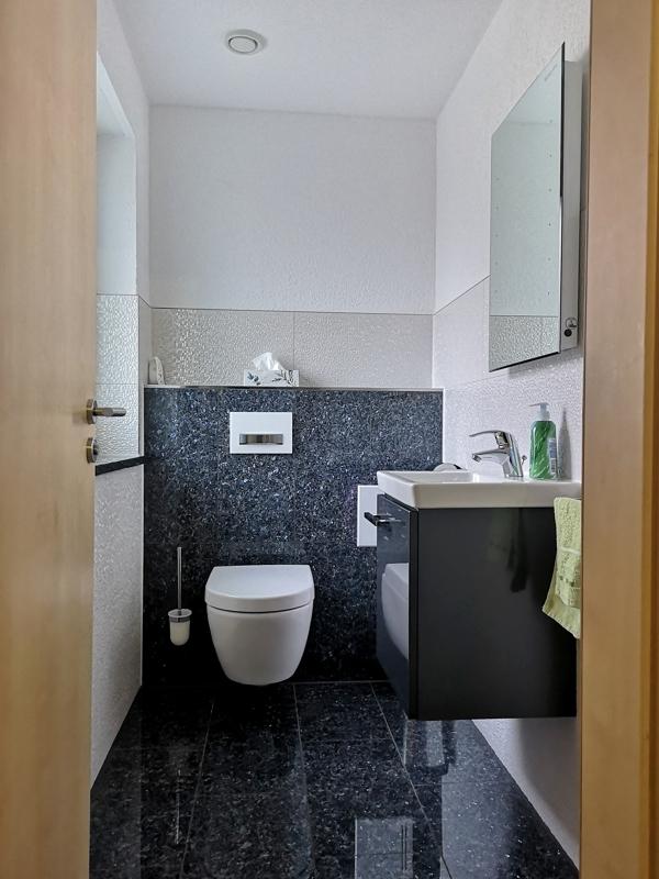 Gäste-WC mit edler Ausstattung
