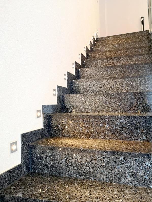 Wohnraumtreppe mit Blue-Pearl-Granit und LED-Beleuchtung